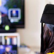 Como lidar com as mudanças no ensino geradas pelo Covid-19: fotografia de uma formanda fazendo a sua colação de grau online.