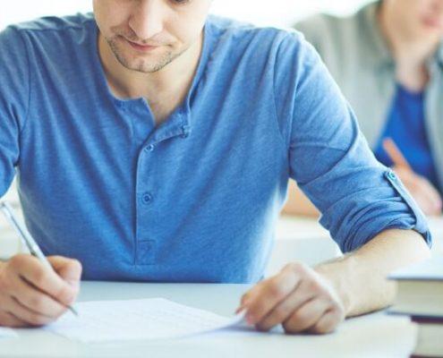 Para que serve o Enade: fotografia de estudantes fazendo uma prova.