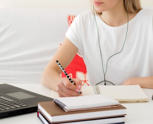 A importância do EaD no ensino superior: fotografia de uma estudante fazendo aula online.