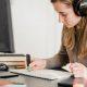 Autorização do MEC para cursos a distância: fotografia de uma estudante fazendo uma aula online.