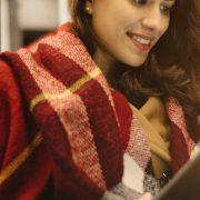 Biblioteca digital de Direito: fotografia de uma mulher lendo em um tablet em um transporte público.