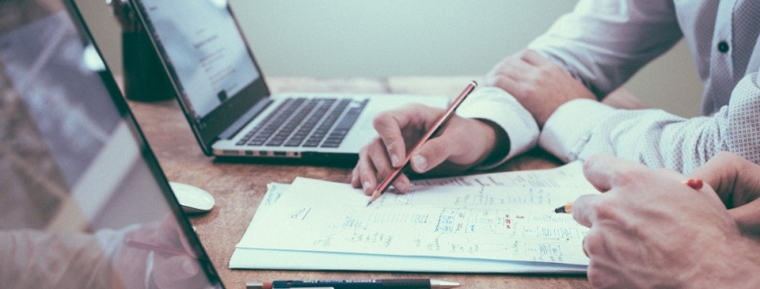 Curso superior de direito EaD: fotografia de duas pessoas estudando e fazendo anotações.