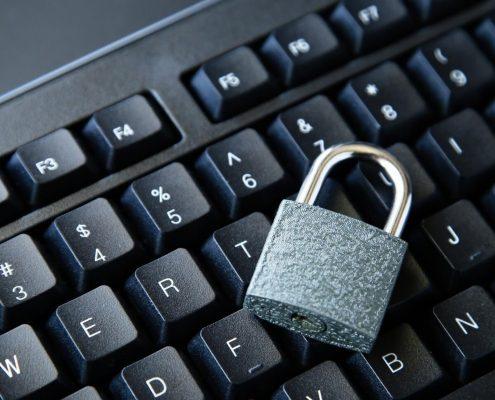 LGPD na prática: fotografia de um cadeado sobre um teclado de computador.