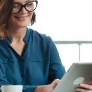 Plataforma de biblioteca digital: fotografia de uma mulher lendo em um tablet.