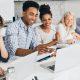 Aprendizagem ativa: fotografia de um grupo de estudantes sentados à mesa e resolvendo uma atividade em conjunto.