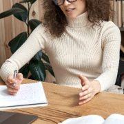 Ensino superior a distância: fotografia de uma mulher dando aulas online.