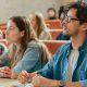 Índices de avaliação do MEC: fotografia de estudantes em uma sala de aula.
