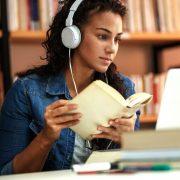 Preparando sua biblioteca para avaliação do MEC: fotografia de uma aluna estudando em uma biblioteca.
