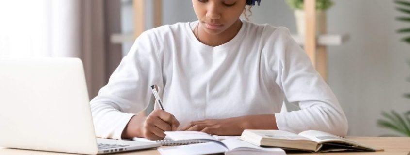 Avaliação no ensino a distância: possibilidades e desafios - fotografia de uma estudante fazendo aulas online