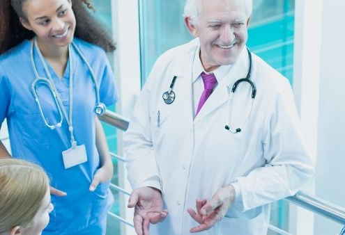 Como garantir a empregabilidade: fotografia de 4 estagiários ao redor de um médico em um hospital.