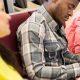 Modelo de questões Enade: fotografia de uma fileira de estudantes realizando uma prova na universidade.