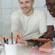 Trabalhabilidade e empregabilidade: fotografia de um grupo de alunos estudando e conversando.