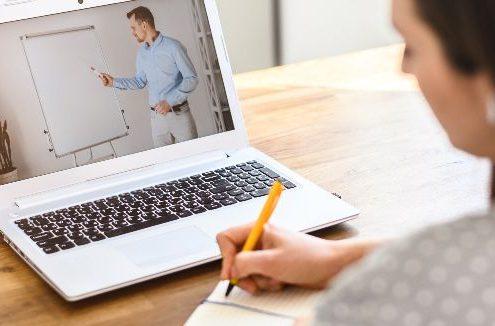 Vantagens do ensino híbrido: fotografia de uma pessoa assistindo aulas online.