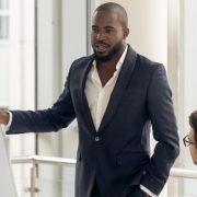 Gestão educacional: homem em apresentação com equipe de trabalho