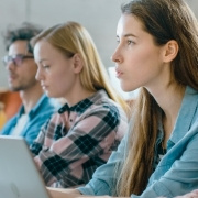 Neurociência e educação: fotografia de uma sala de aula com estudantes assistindo à aula.