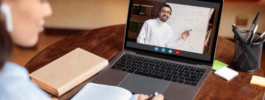 mec autoriza curso de direito a distancia: estudante assistindo aula online