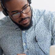 Se a disciplina é online como a frequência é determinada: homem assistindo aula em computador