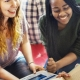 Tipos de metodologias ativas: fotografia de um grupo de estudantes, com livros e tablet, sorrindo.
