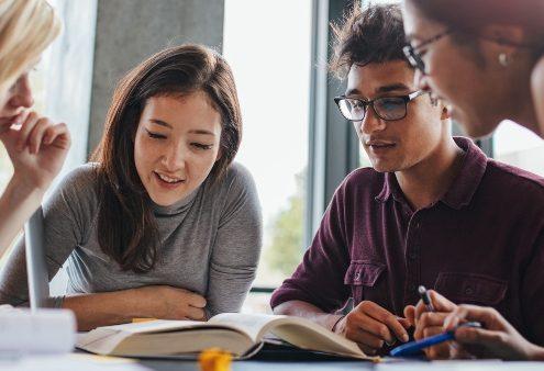Direito à Educação: fotografia de um grupo de 4 pessoas estudando juntas.